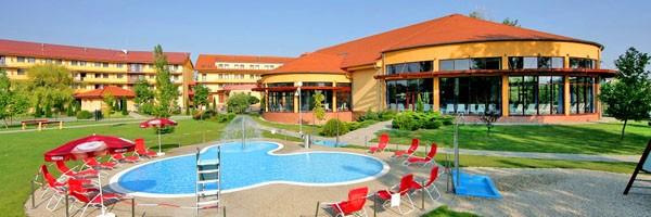 Wellness Hotel Patince (vonkajší areál bazénov)