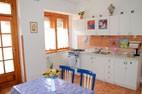 Apartmán Milan - kuchyňa a jedálenský stôl