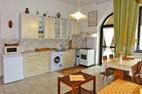 Apartmán Alex - kuchyňa a obývacia miestnosť s jedálenským stolom